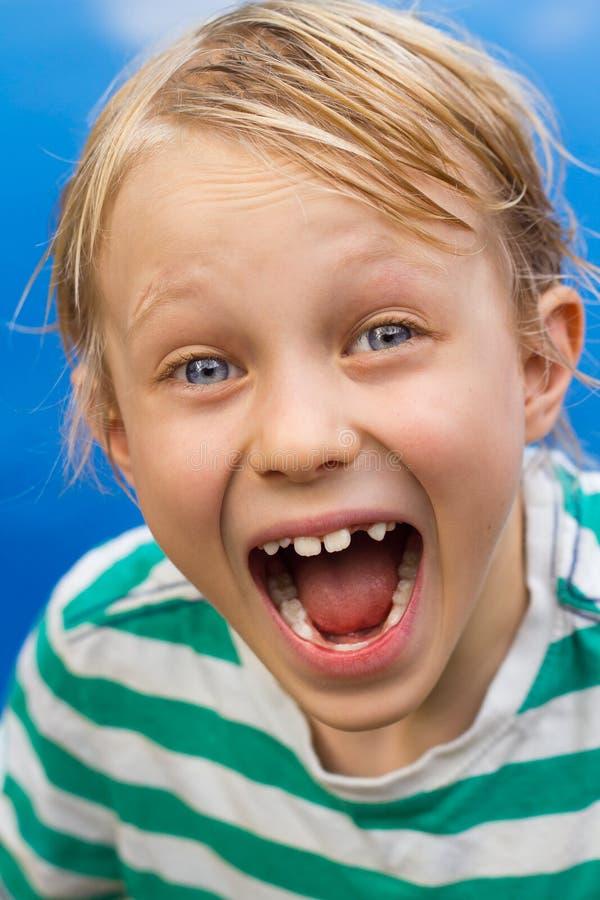 Zamyka up zdziwiona chłopiec mówi no! no! zdjęcia royalty free