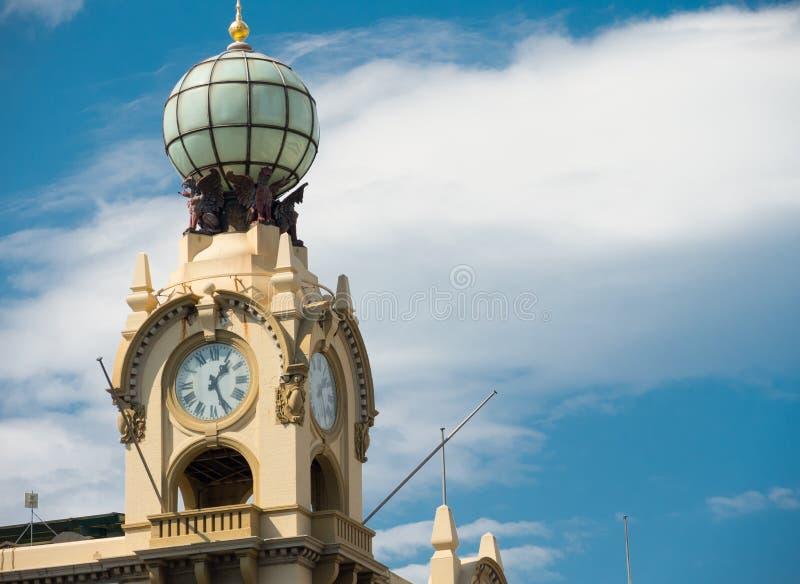 Zamyka up Zegarowy wierza przeciw chmurnemu Błękitnemu chmurnego nieba dniu obraz royalty free