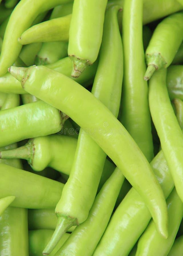Zamyka up zielony chili pieprz na targowym stojaku zdjęcie stock
