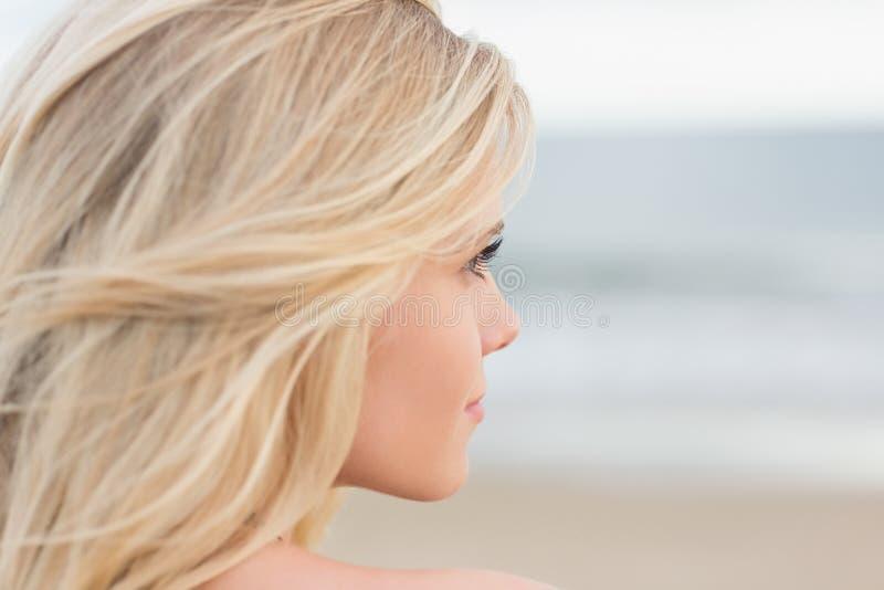 Zamyka up zrelaksowany młody blondyn przy plażą zdjęcia stock