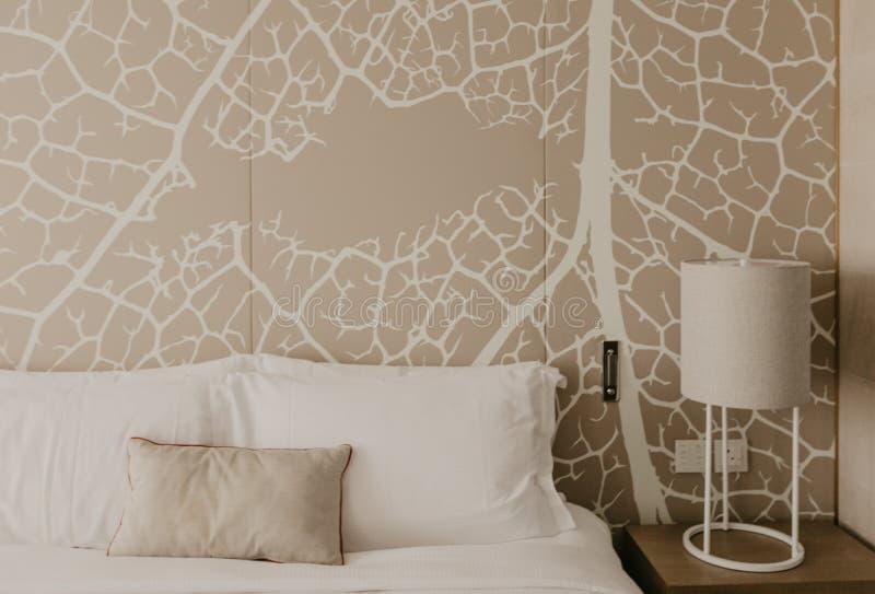Zamyka w górę czerepu sypialnia z czytelniczą lampą w nowożytnym domu lub hotelu zdjęcia stock