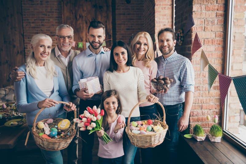 Zamyka w górę fotografii ludzie zbierającej rodzinnej pozycji jak portret obraz royalty free