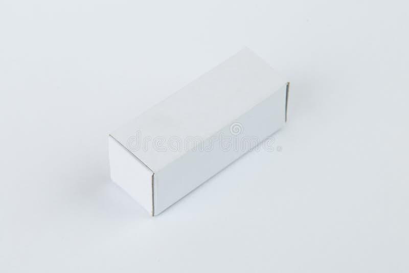 Zamyka w górę małego białego kartonu, odizolowywający na białym tle zdjęcie royalty free