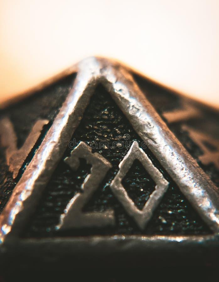 Zamyka w górę metalu D20 z Jaskrawym tłem obrazy stock