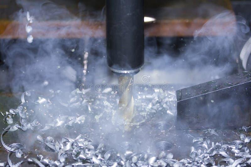 Zamyka w górę narzędzia automatyczna wiertnicza maszyna robi dziury przy metalem z deaktywacją coolant wodą i wyparowywa dekatyzo fotografia stock