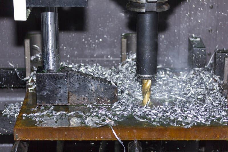 Zamyka w górę narzędzia automatyczna wiertnicza maszyna robi dziury przy metalem z deaktywacją coolant wodą i wyparowywa dekatyzo zdjęcie stock