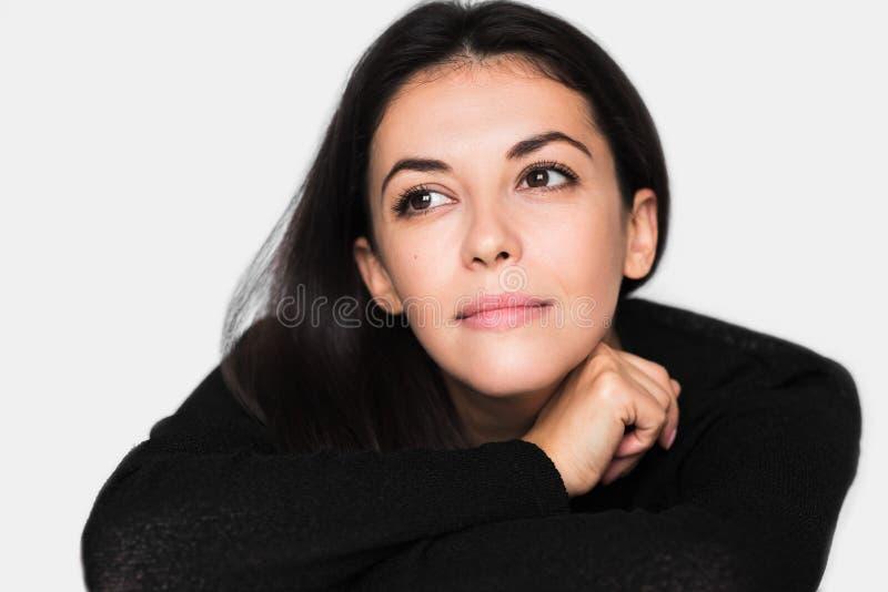 Zamyka w górę portreta brunetki śliczna zadumana kobieta Młoda szczęśliwa ładna kobieta jest ubranym czarnego pulower z zamknięty fotografia stock