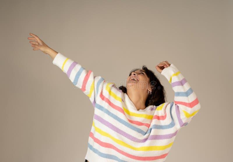 Zamyka w górę portreta kobiety odświętności zwycięstwa sukces lub wining loteria zdziwiony i szczęśliwy obrazy stock