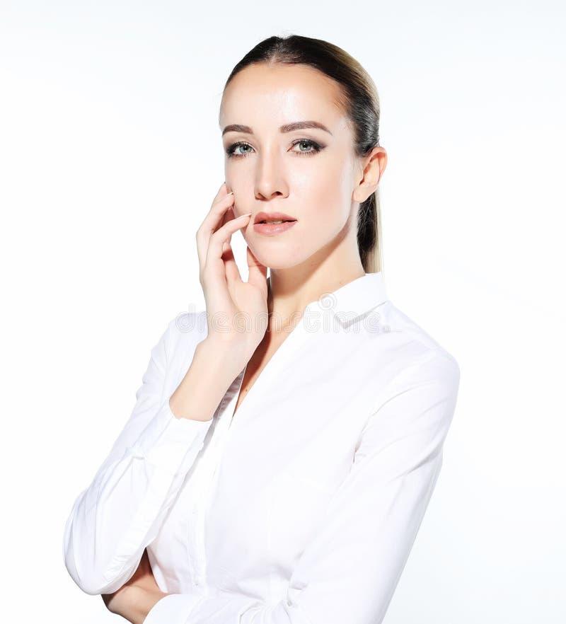 Zamyka w górę portreta młoda biznesowa kobieta nad białym tłem fotografia stock