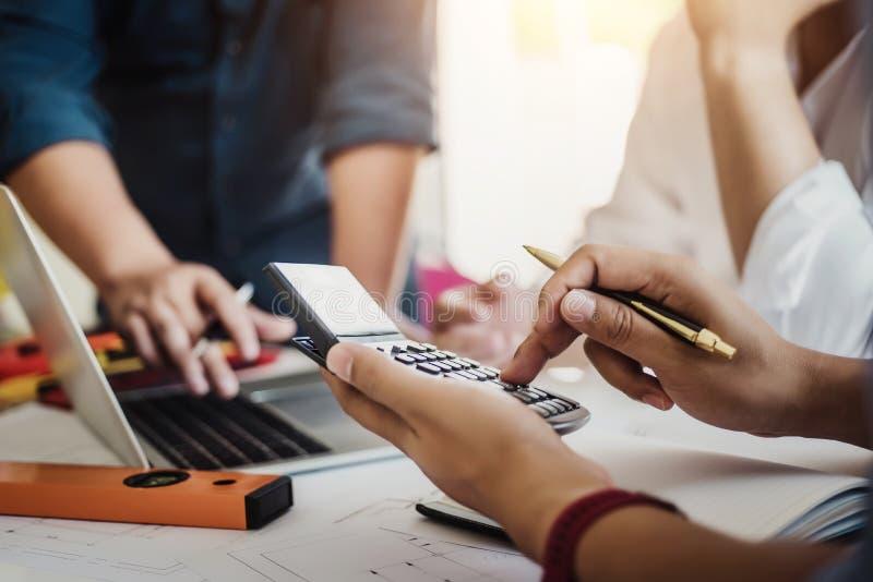 Zamyka w górę ręki cywilny inżynier lub architekta biznesowy używa kalkulator wokoło kalkuluje koszt dla pracować budynku plan fotografia royalty free