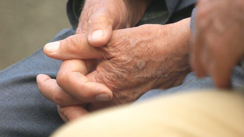 Zamyka w górę starego człowieka spina jego ręki w jego podołku zdjęcia royalty free