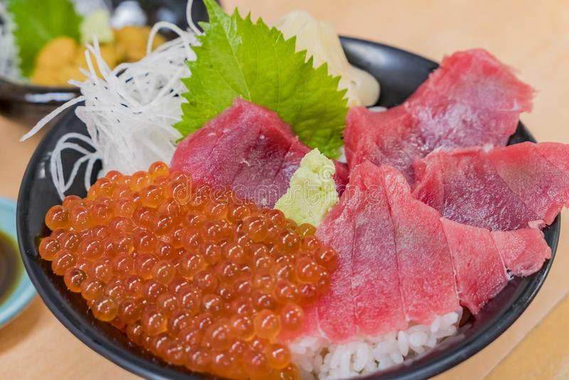 Zamyka w górę strzału wiele łososiowi roe, rybi sashimi z perilla liściem zdjęcia royalty free