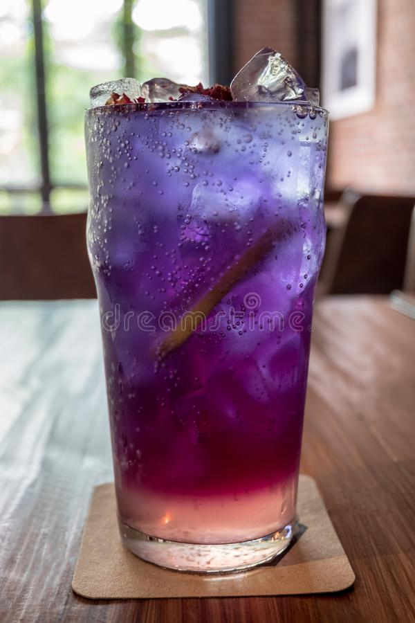 Zamyka w górę szkła odświeżenie zamrażająca czarna jagoda anchan i cytryny soda na drewnianym stole zdjęcia royalty free