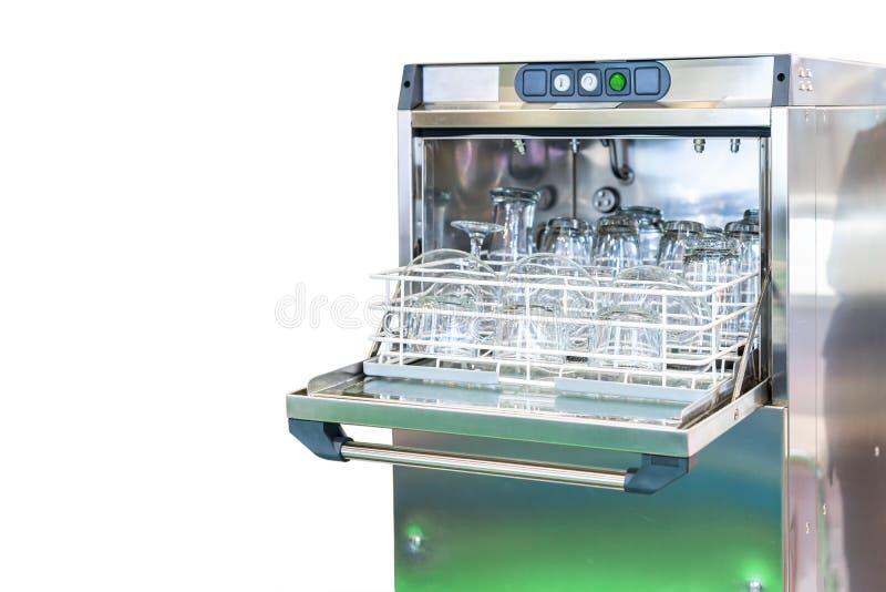 Zamyka w górę szklanego talerza, herbacianej filiżanka i tumbler na koszu w automatycznej zmywarkiej do naczyń maszynie dla przem obraz stock