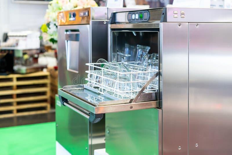 Zamyka w górę szklanego talerza i tumbler na koszu w automatycznej zmywarkiej do naczyń maszynie dla przemysłowego fotografia royalty free