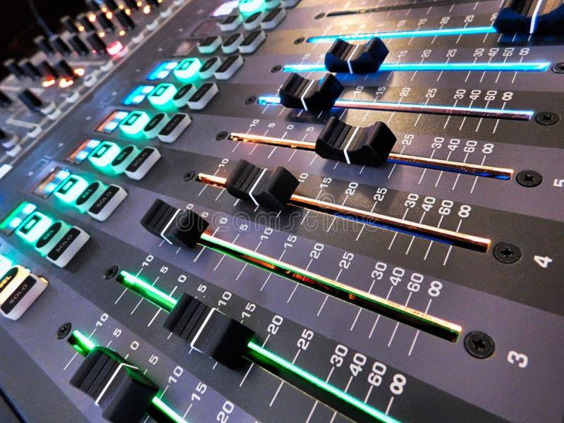 Zamyka w górę unikalnej perspektywy systemów dźwiękowych faders obraz royalty free