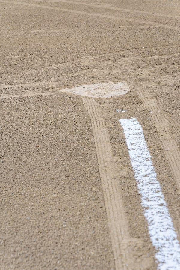 Zamyka w górę świeżo piszącej kredą linii końcowej prowadzi baza domowa, brud tylko, pusty baseballa pole na słonecznym dniu obrazy royalty free