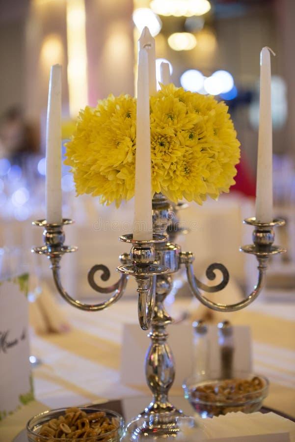 Zamyka w górę świeczek i kwiatów ustawiających na ślubnym łomotanie stole zdjęcie royalty free