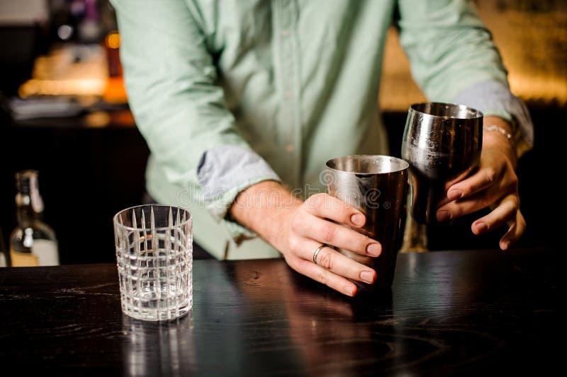 Zamyka w górę żadny twarz barmanu robi koktajlowi zdjęcia stock