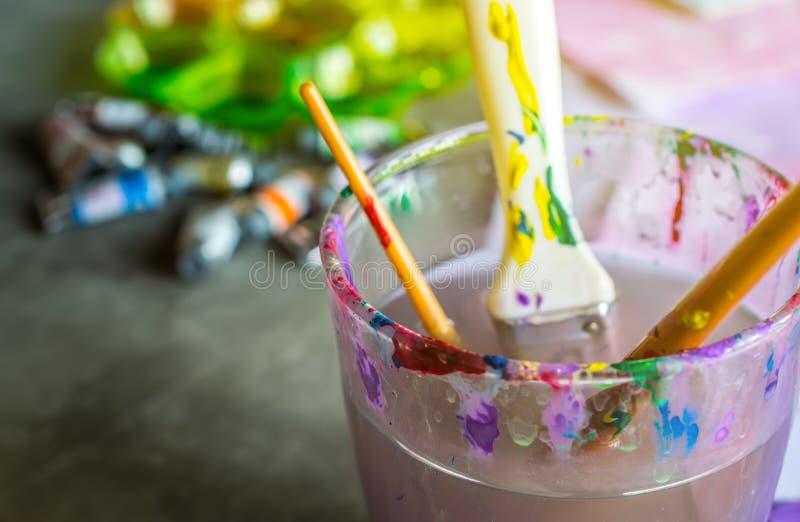 zamyka w górę akwareli sztuki stołu farb, sztuk muśnięcia, szkło wate zdjęcie royalty free