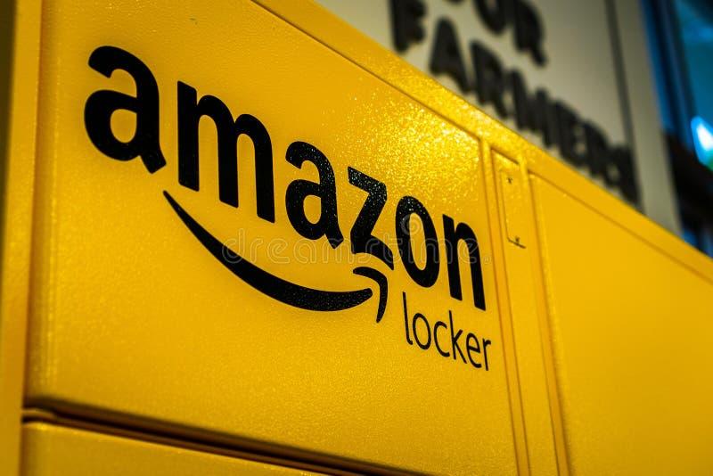 Zamyka w górę amazonka logo na jeden ich amazonek szafki lokalizować wśrodku sklepu w San obrazy stock