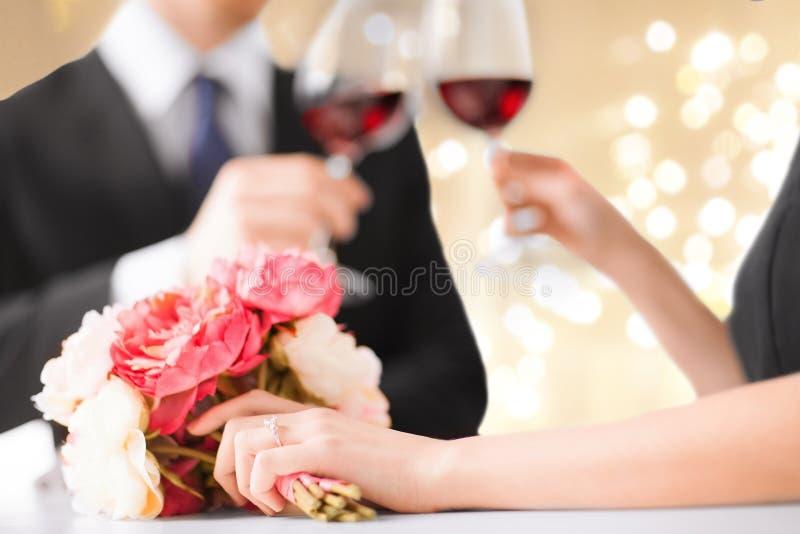 Zamyka w górę angażującej pary pije czerwone wino obraz royalty free