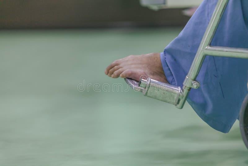 Zamyka w górę Azjatyckiego pacjenta w wózka inwalidzkiego obsiadaniu w szpitalu obraz stock