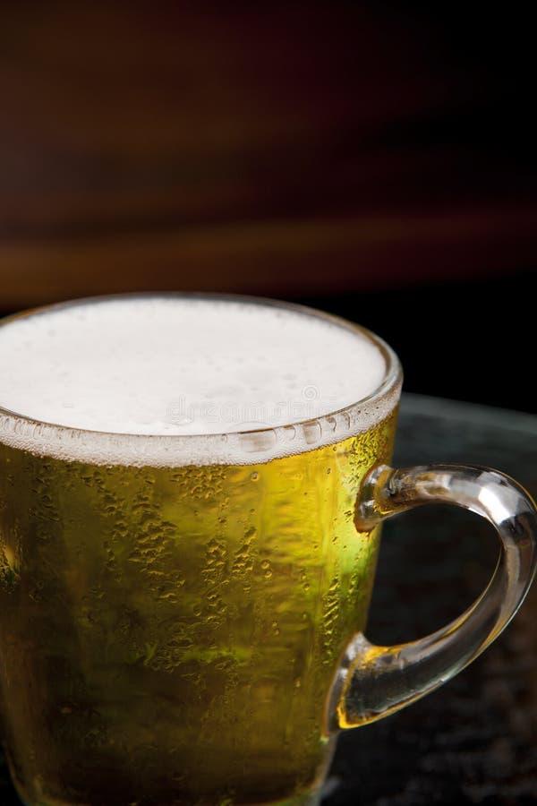 Zamyka w górę bąbla lager piwa w kubku zdjęcie stock