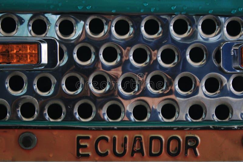Zamyka w górę błyszczącej metal siatki i pomarańczowego światła pokazuje numerowego talerza od kraju Ekwador fotografia stock