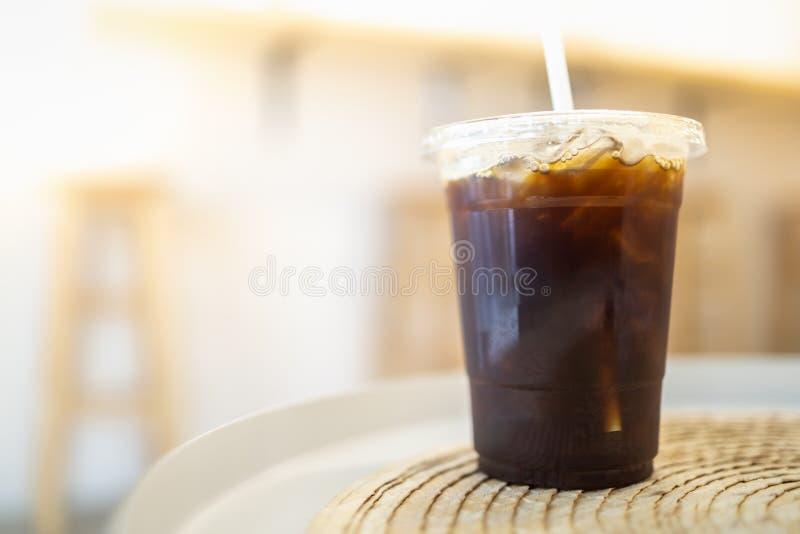 Zamyka w górę bierze oddaloną plastikową filiżankę lukrowa czarna kawa Americano na stole w restauracji zdjęcie stock