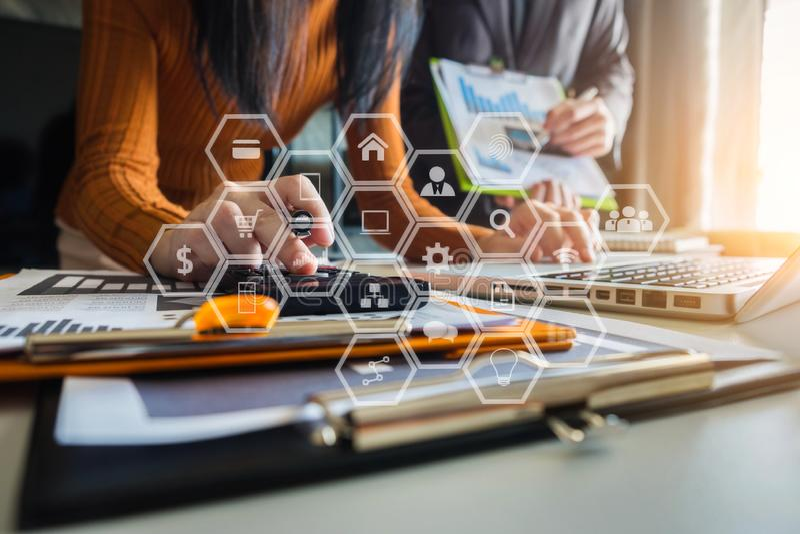 Zamyka w górę biznesmena i partnera używa dla kalkulatora, laptopu i, calaulating finanse, podatku, księgowości, statystyk i anal zdjęcia royalty free