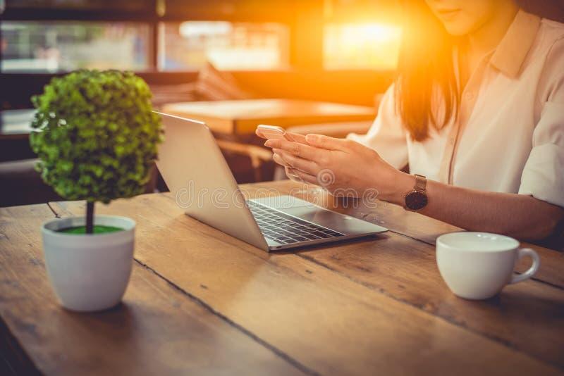 Zamyka w górę bizneswomanu pracuje przy outdoors biurem z laptopem i wiszącą ozdobą Ludzie i styl ?ycia poj?cie Biznesowy i pieni obrazy royalty free