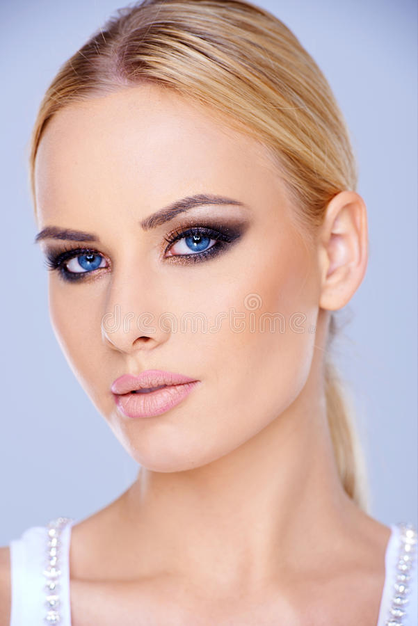 Zamyka w górę Blond kobiety z niebieskimi oczami zdjęcia stock