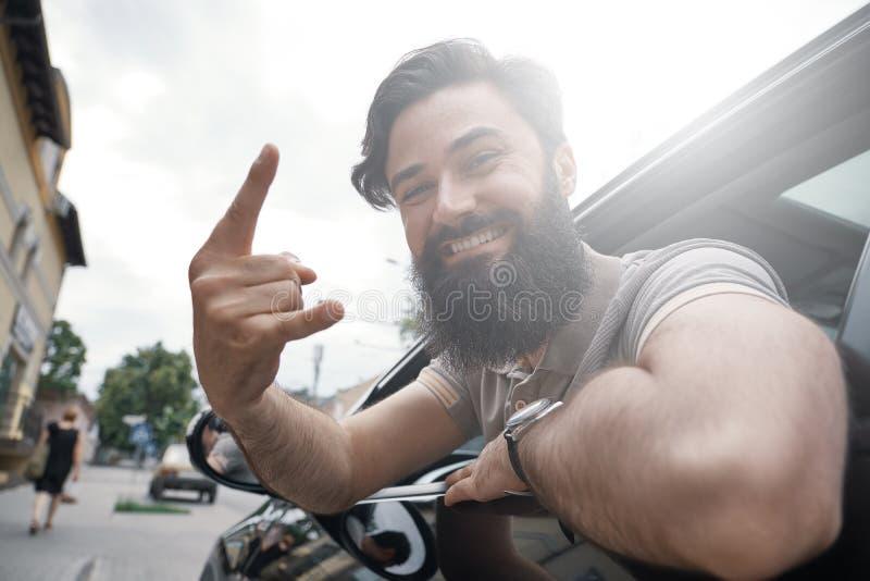 Zamyka w górę bocznego portreta szczęśliwego mężczyzna napędowy samochód zdjęcia stock