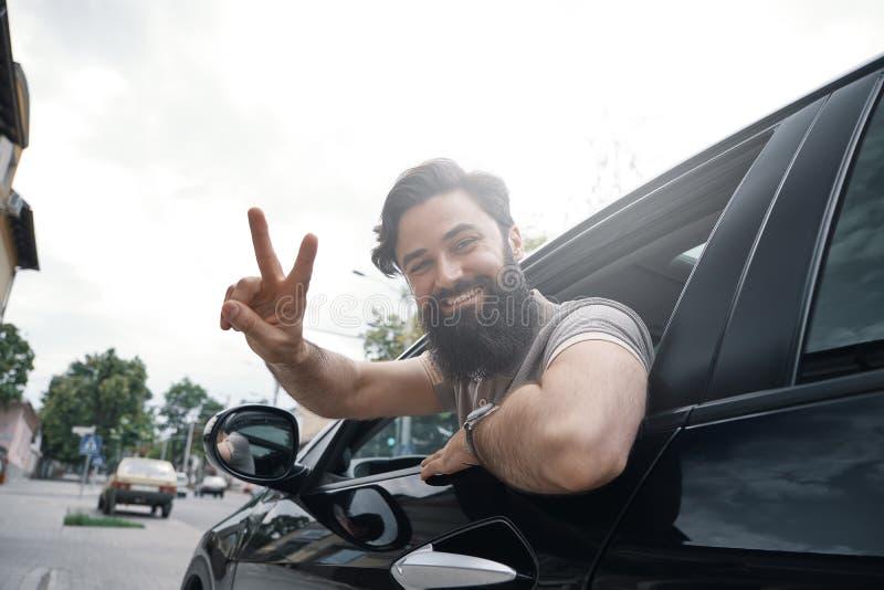 Zamyka w górę bocznego portreta szczęśliwego mężczyzna napędowy samochód obraz stock