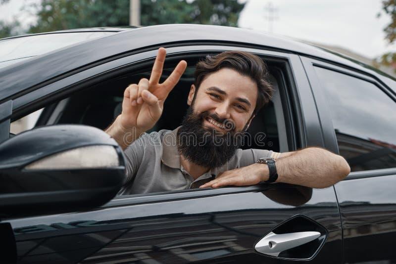 Zamyka w górę bocznego portreta szczęśliwego mężczyzna napędowy samochód zdjęcie royalty free
