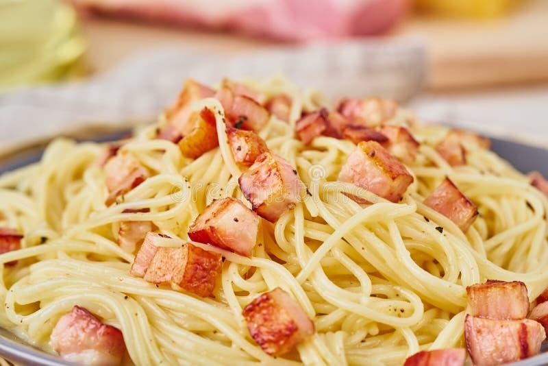 Zamyka w górę carbonara makaronu Spaghetti z pancetta, jajkiem, parmesan serem i kremowym kumberlandem, Boczny widok alla aubergi obrazy stock