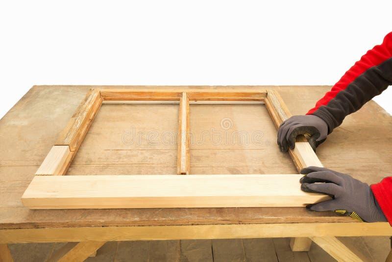 Zamyka w górę cieśli naprawiania szarfy nadokiennej ramy zdjęcie stock