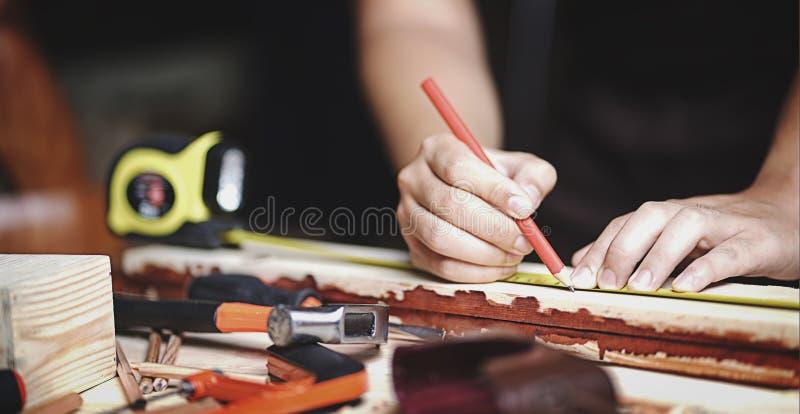 Zamyka w górę cieśli Pracuje w Woodworking warsztacie Robić linii obrazy royalty free