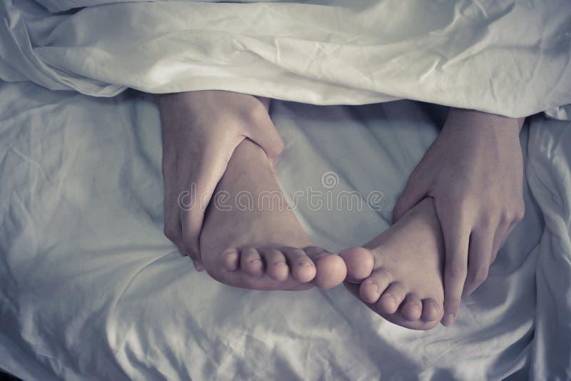 Zamyka w górę cieków na łóżku, dobiera się i fotografia stock