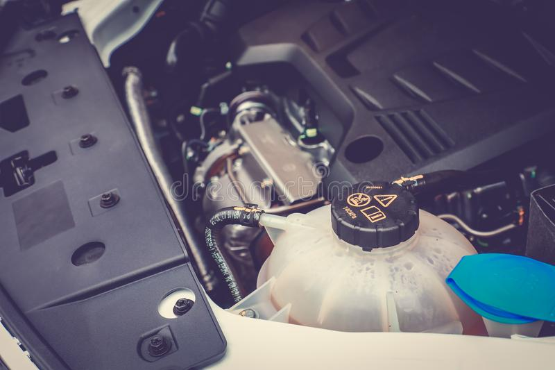 Zamyka w górę Coolant zbiornika w samochodzie zdjęcia royalty free