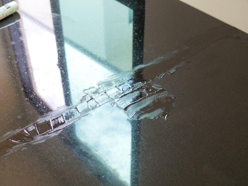 Zamyka w górę czarnego koloru grout na marmuru kamieniu dla countertop zdjęcie stock