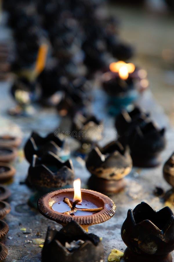 Zamyka w górę czarnych świeczek w Tajlandia świątyni zdjęcia stock