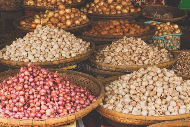 Zamyka w górę czerwonej cebuli i czosnku przy lokalnym rynkiem obraz stock