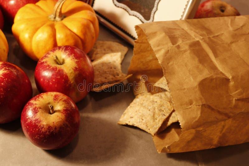 Zamyka w górę czerwonych jabłek i papierowej torby crispbread na fotografia royalty free