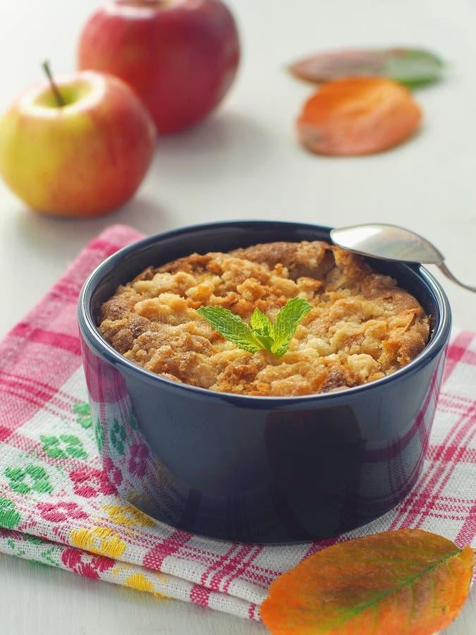 Zamyka w górę domowej roboty rozdrobni kawowego tort Porcja jabłczany kulebiak dekorował z jesień liśćmi i świeżą mennicą pionowo obraz royalty free