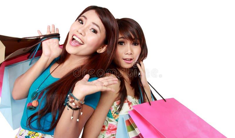 Zamyka w górę dwa kobiety pięknego przyjaciela z wiele torba na zakupy obrazy stock