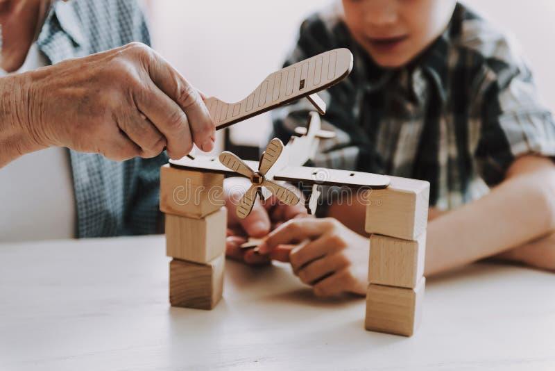 Zamyka w górę dziadunia i wnuka Bawić się z zabawkami obraz royalty free
