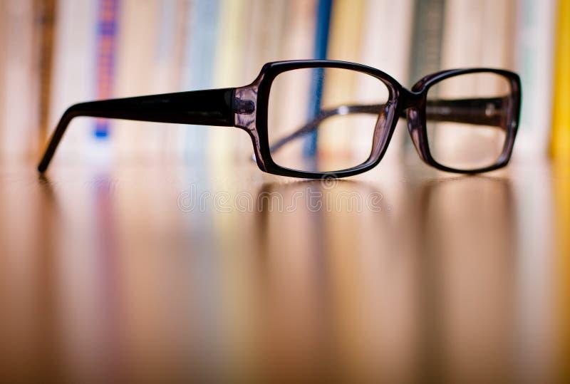 Zamyka w górę Eyeglasses na Drewnianym stole obrazy royalty free