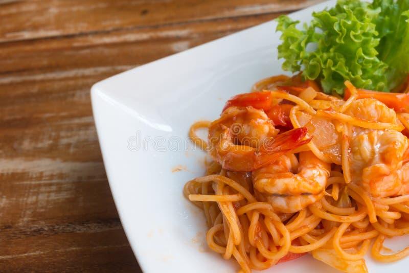 Zamyka w górę fertanie smażącej krewetki i spaghetti obrazy stock